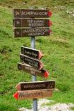 Poste indicador de la senda para peatones Fotos de archivo