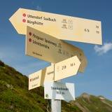 Poste indicador de las pistas de senderismo en las montañas Foto de archivo libre de regalías