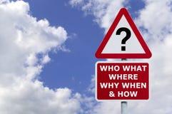 Poste indicador de las preguntas en el cielo Fotos de archivo libres de regalías