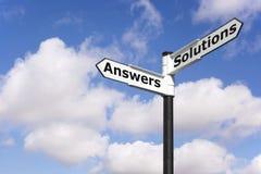 Poste indicador de las respuestas y de las soluciones Fotos de archivo