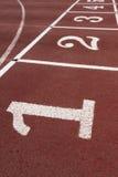 Poste indicador de los números en una pista corriente atlética Imagen de archivo libre de regalías