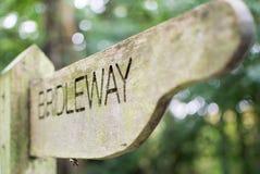 Poste indicador de madera de Bridleway en campo inglés imagen de archivo