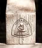 Poste indicador de madera del rastro de Iditarod Imagenes de archivo