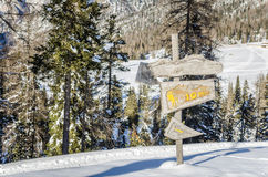 Poste indicador de madera en invierno Fotos de archivo