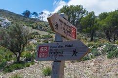 Poste indicador de madera para los caminantes en Mallorca a lo largo de GR 221 Fotografía de archivo libre de regalías