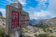 Poste indicador de madera para los caminantes en Mallorca a lo largo de GR 221 Imagen de archivo libre de regalías