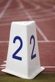 Poste indicador de número dos en una pista corriente atlética Imagen de archivo