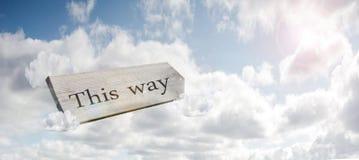 Poste indicador del cruce que dice este concepto de la manera para perdido, la confusi?n o las decisiones en el cielo azul fotografía de archivo libre de regalías