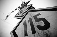 Poste indicador del ferrocarril del límite de velocidad Foto de archivo libre de regalías