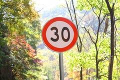 Poste indicador del límite de velocidad Fotos de archivo libres de regalías