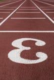 Poste indicador del número tres en una pista corriente atlética Imagen de archivo