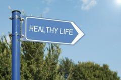 Poste indicador direccional del concepto sano de la vida Fotografía de archivo