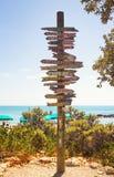 Poste indicador direccional en el punto más situado más al sur de los E.E.U.U. Key West, playa arenosa tropical de Zachary Taylor fotos de archivo libres de regalías
