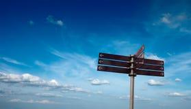 Poste indicador en blanco en cielo Foto de archivo