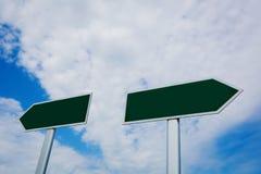 Poste indicador en blanco sobre el cielo azul Fotos de archivo