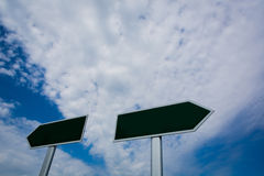 Poste indicador en blanco sobre el cielo azul Imagenes de archivo