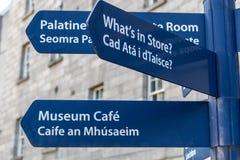 Poste indicador en Collins Barracks en Dublín, Irlanda, 2015 Foto de archivo libre de regalías