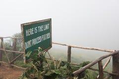 Poste indicador en el acantilado de la colina Imágenes de archivo libres de regalías