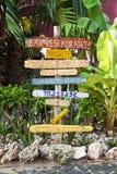 Poste indicador en el centro turístico tropical Imagenes de archivo