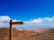 Poste indicador en el desierto rocoso en Fuerteventura Foto de archivo