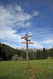 Poste indicador en la montaña Imágenes de archivo libres de regalías