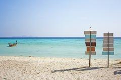Poste indicador en la playa Foto de archivo libre de regalías