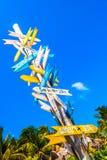 Poste indicador en la playa en Tulum, México Imagenes de archivo