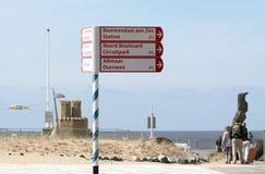 poste indicador en una playa vacía Fotografía de archivo libre de regalías