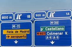 Poste indicador español europeo de la carretera del camino de la información en tono azul Fotos de archivo libres de regalías