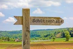 Poste indicador etiquetado con el club de las asociaciones del rifle (Schuetzenhaus) Fotografía de archivo