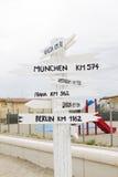 Poste indicador europeo de los kilómetros de las ciudades Imagen de archivo libre de regalías
