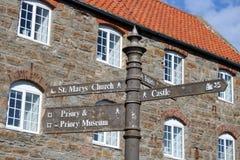 Poste indicador Lindisfarne, isla santa, Northumberland imagen de archivo libre de regalías