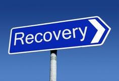 Poste indicador a lo largo del camino a la recuperación. fotografía de archivo