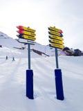 Poste indicador que da direcciones a diversas cuestas del esquí Imagenes de archivo