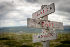 Poste indicador rústico y de madera de la venta al aire libre en naturaleza fotografía de archivo libre de regalías