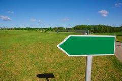 Poste indicador vacío de la flecha a lo largo del camino Fotografía de archivo libre de regalías