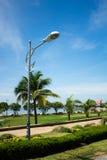 Poste moderno de la lámpara en un parque. Fotos de archivo