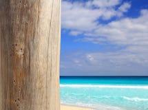 Poste resistido madera tropical del Caribe de la playa Foto de archivo