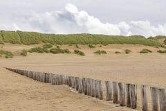 Posten eines Reihe Strandes im Strand der Insel Ameland lizenzfreie stockbilder