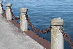 Posten en ketting op een pijler royalty-vrije stock afbeeldingen