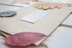 Postenvelop in retro stijl Rond de envelop zijn kleurrijke de herfstbladeren royalty-vrije stock afbeeldingen