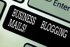 Poster för affär för textteckenvisning Blogging Offentliggör annonserar online-tidskriften för det begreppsmässiga fotoet eller e royaltyfria foton