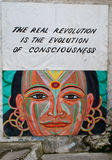 Poster novo da idade em uma parede em um centro do hippie Foto de Stock Royalty Free