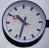 postera klockan på plattformen på stationen av Waddinxveen i t Royaltyfri Fotografi