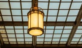 Postera lampan för tappning för korridoren för det glass taket för väntande rum Royaltyfri Bild