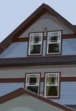 Posterize-Illustration der Seite eines Hauses mit vier Fenstern alle mit Vorhängen Lizenzfreies Stockbild
