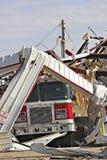 Posterunek Straży Pożarnej, przewozi samochodem zniszczonego tornadem Obrazy Royalty Free