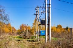 Postes con el cableado y el transformador eléctricos en zonas rurales fotografía de archivo