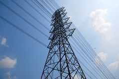 Postes de alto voltaje o torre eléctrica Foto de archivo