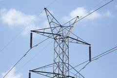 Postes de alto voltaje, poder artificial, energía Foto de archivo